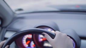 Оба рука ` s женщины на рулевом колесе автомобиля который начинает двинуть видеоматериал