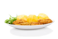 Обваленный в сухарях цыпленок, картошка, салат изолированный на белизне стоковое изображение rf