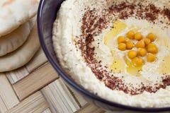 обвалите служят pita в сухарях hummus, котор Стоковое Изображение RF