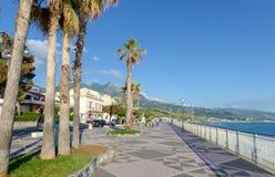 Обваловка города Diamante, Средиземного моря, Калабрии, Италии стоковая фотография