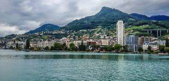 Обваловка озера Женев в Монтрё, швейцарце Ривьере Горы Альпов на предпосылке, Швейцарии, Европе Стоковые Изображения