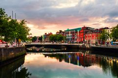 Обваловка реки Liffey в Дублине, Ирландии стоковая фотография rf