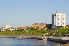 Обваловка реки Tura в лете в Tyumen, России Стоковая Фотография