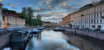 Обваловка Санкт-Петербурга, России - реки 29-ОЕ ИЮНЯ 2017 Moika на зоре стоковые фото