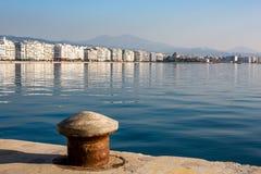 Обваловка Thessaloniki с отражениями воды стоковые фото