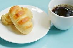 Обваляйте заполненную сосиску в сухарях свинины на блюде съешьте пар с черной кофейной чашкой стоковые фотографии rf