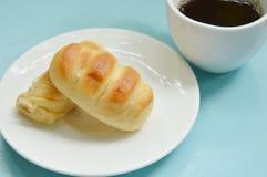 Обваляйте заполненную сосиску в сухарях свинины на блюде съешьте пар с черной кофейной чашкой стоковое изображение