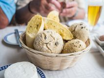 Обваляйте корзину в сухарях на таблице с выбором хлеба Стоковое фото RF