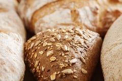 Обваляйте предпосылку в сухарях, крупный план белых, всех зерна и хлебцев рож Стоковые Фотографии RF