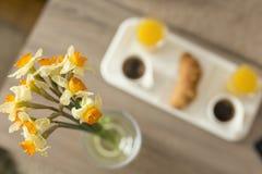 обвалите кивиа поля глубины круасанта cornflakes кофе завтрака поднос в сухарях клубник континентального отмелый Стоковое Фото