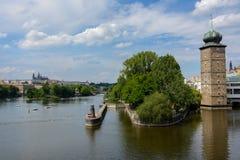 Обваловка водонапорной башни реки и Sitkovska Влтавы, Праги, чехии Стоковые Фотографии RF