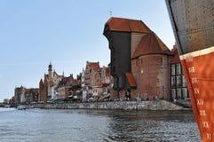Обваловка Гданьска с историческими памятниками и старым черным стробом Стоковые Фотографии RF