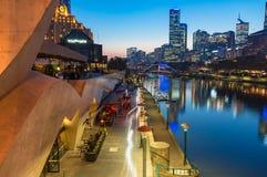 Обваловка реки прогулки и Yarra Southbank на ноче Стоковое Изображение RF