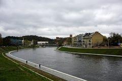 Обваловка реки Nyaris в Вильнюсе стоковая фотография