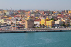 Обваловка, старая башня и город Порту-Torres, Италия Стоковое Изображение RF