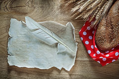 Обваляйте пера скатерти полька-точки ушей рож лист в сухарях красного винтажный дальше Стоковые Изображения