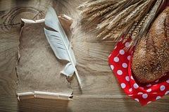 Обваляйте перечень в сухарях года сбора винограда пера ткани таблицы полька-точки ушей рож красный Стоковое Изображение
