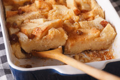 Обваляйте пудинг в сухарях с макросом изюминок в блюде выпечки горизонтально стоковые фотографии rf