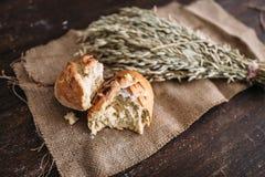 Обваляйте хлебец в сухарях breaked в половине, пшеницу на ткани мешковины Стоковая Фотография