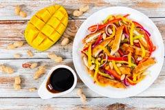 Обваляйте crumbed мясо в сухарях цыпленка, манго, арахисы, салат болгарского перца Стоковые Изображения RF