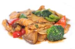 Обвалянное в сухарях мясо с овощами в сладостном и кислом соусе. Стоковое Фото