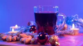 Обдумыванное вино на таблице рождества стоковые изображения