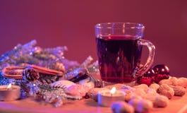 Обдумыванное вино на таблице рождества стоковое фото