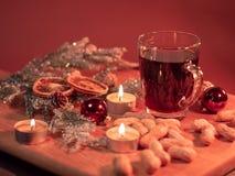 Обдумыванное вино на таблице рождества стоковая фотография rf