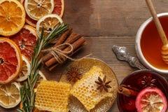 Обдумыванное вино, специи и высушенные плоды на деревенской таблице стоковая фотография rf