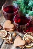 Обдумыванное вино с печеньями пряника стекло состава рождества bauble голубое стоковое фото