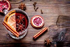Обдумыванное вино с специями в взгляд сверху предпосылки чашки деревянном Стоковые Фото