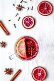 Обдумыванное вино с специями в взгляд сверху предпосылки чашки деревянном Стоковые Изображения RF