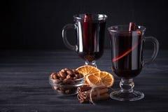 Обдумыванное знамя вина Стекла с горячими красным вином и специями на темной предпосылке Современный темный стиль настроения Стоковое фото RF