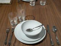 Обедать набор с утварями, шарами, и плитами с надземным светом стоковые фото