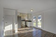 обедать пустая комната Чисто белые стены делают комнату просторный Стоковая Фотография RF
