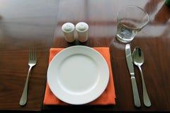 обедать таблица плиты установленная стоковое изображение
