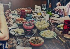 Обедать таблица семьи Пасха Различные закуски и вино пасхи конец вверх стоковая фотография