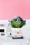 обедать таблица цветка установленная Стоковые Фото