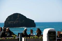 Обедающие наслаждаясь обедом на ресторане вида на океан на стойке Trebarwith в Корнуолле, Англии стоковое изображение