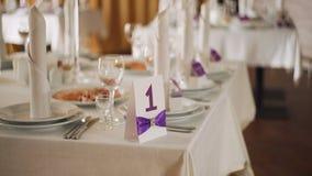 Обедающий банкета таблицы свадьбы красивой сервировки восхитительный элегантный с стеклом видеоматериал