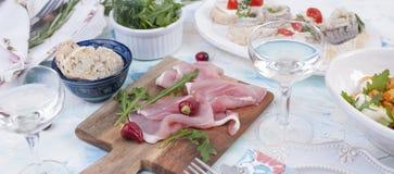 Обедающий праздника Еда Голландии Сандвичи с ветчиной сельдей и закусками, вином вкусно стоковая фотография rf