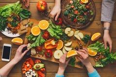 Обеденный стол, женщины ест здоровую кухню еды дома Стоковое Изображение