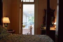 Обеденный стол крылечку экрана плантации Belmont antebellum от спальни стоковое изображение rf