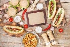 Обеденный стол на день хот-дога с космосом экземпляра Фаст-фуд, горячие сосиски, обломоки, французские фраи, пиво ремесла, стоковые изображения rf