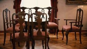 Обеденный стол старого стиля с стульями видеоматериал