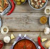 Обеденный стол с разнообразие едами и закусками Фрикадельки, испеченная картошка заклинивают, мясо, грибы, кетчуп Деревенский тип Стоковое Изображение