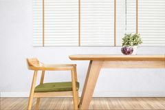 Обеденный стол установил с стулом в уютной столовой стоковые изображения rf
