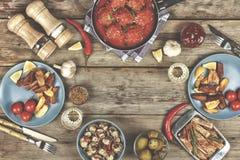 Обеденный стол, фрикадельки, испеченная картошка заклинивает, кетчуп, spac экземпляра стоковая фотография rf