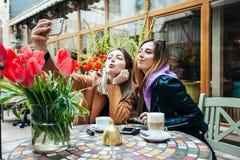 Обеды в кафе стоковая фотография