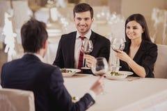 обед вопроса кофейной чашки дела сподручный раскрыл сверх Объединяйтесь в команду встреча в ресторане, есть и выпивая в торжестве Стоковое Фото
